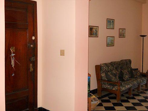 'Sala y entrada privada al apartamento'